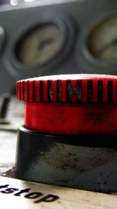Ein roter Stoppknopf: Durch Mediation kann ein Konflikt konstruktiv beigelegt oder vermieden werden.